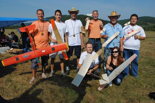 Raketoví modelári súťažili na kamenickom letisku.