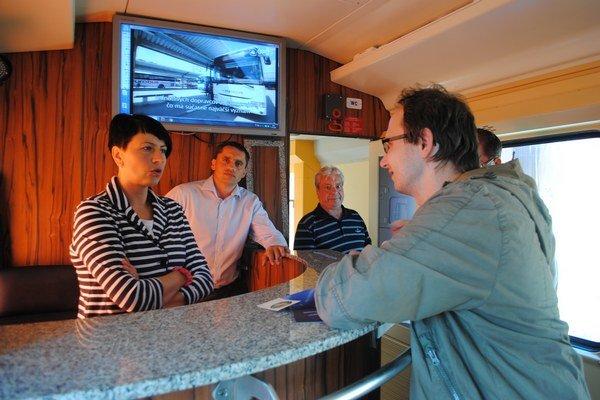 Projekt elektrifikácie. Ministerstvo dopravy ho prezentovalo v disco vozni.