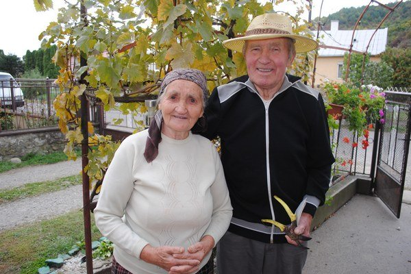 Anton Jacina na dvore s manželkou Máriou.