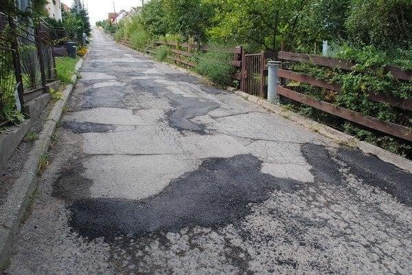Majakovského ulica vedie na cintorín. V polovici septembra diery zaplátali. Začnú ju rekonštruovať.
