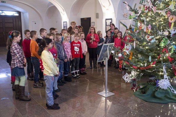 Čo ozdoba, to originál. Šťastný vianočný stromček zdobia deti a stojí v sninskom kaštieli.