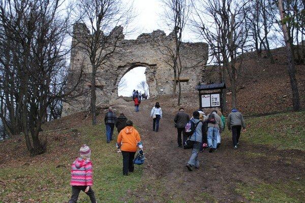 Vstupná brána. Na Silvestra ňou prešlo takmer tristo účastníkov výstupu.