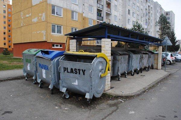 Spevnené plochy na Sídlisku pod Sokolejom. Uzatvárateľné bránky odstránili.