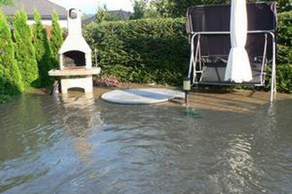 V Dubníku majú problém s povodňami, voda zaplavuje pozemky a záhrady rodinných domov.