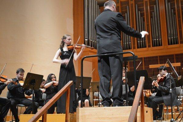 Andrea ako sólistka. Hrala so Symfonickým orchestrom konzervatória.