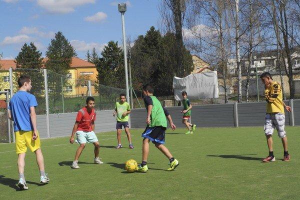 Žiaci ZŠ Budovateľská v Snine počas futbalového tréningu na ihrisku s umelou trávou.