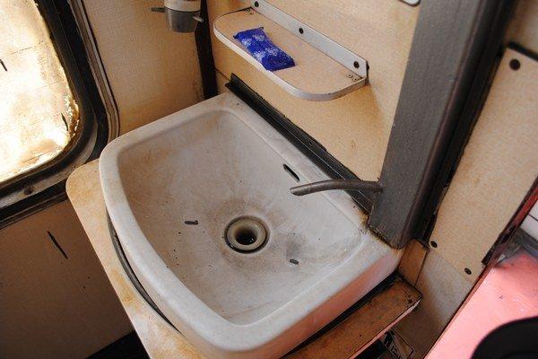 Toalety. Hoci vyčistené a vyumývané, pôsobia odpudzujúco.