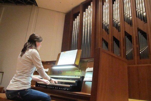 Dominika Štofejová. V Pardubiciach hrala na takomto impozantnom organe.