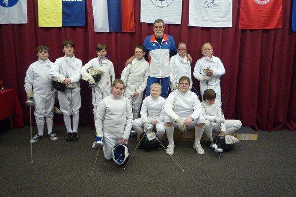 Najmladší šermiari. Mini žiaci, mini žiačky, mladší žiaci a tréner Dalibor Kazík.