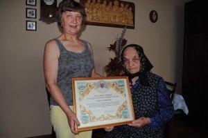 Mária Dolobáčová s pápežským požehnaním a s dcérou Máriou Ferikovou.