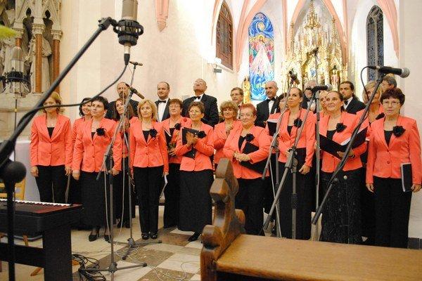 Spevácky zbor. Na hudobnej scéne pôsobí už 20 rokov.