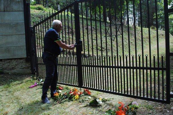 Kvety. V utorok predpoludním ležali pred bránou na cintorín kytice.