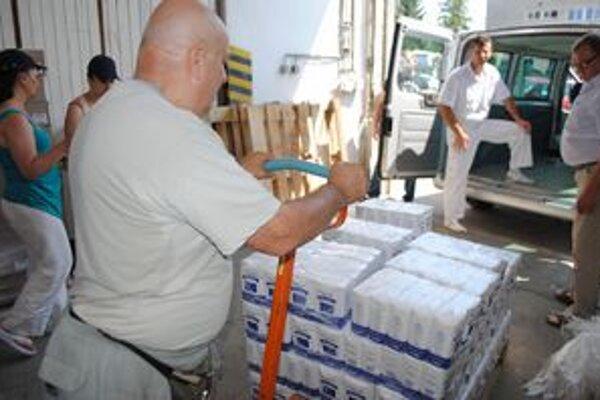 Potravinová pomoc. V Michalovciach už potraviny vydávajú, čoskoro začnú aj v Humennom.