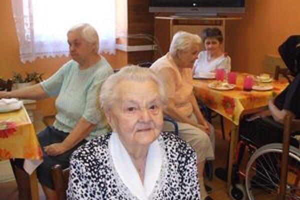 Oslávila deväťdesiatku. Pani Irena Bunganičová sa o život okolo seba živo zaujíma.