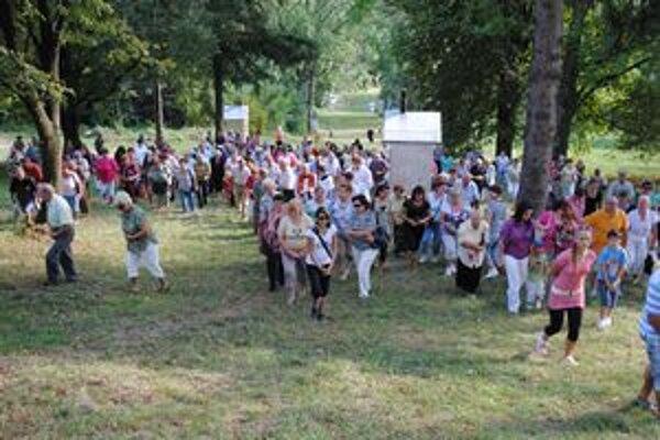 Na krížovú cestu prišli desiatky veriacich rôzneho veku.