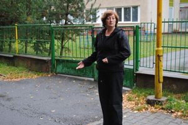 Poslankyňa Darina Barančíková. Pred škôlkou vznikajú nebezpečné situácie.