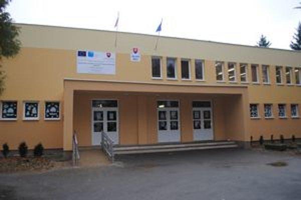 """Škola """"ožila"""". Budova školy dostala po zateplení novú fasádu."""