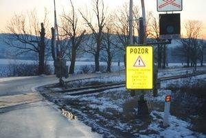 Železničné priecestie. Vodič šiel od Kamenice nad Cirochou a narazil do výstražníka.