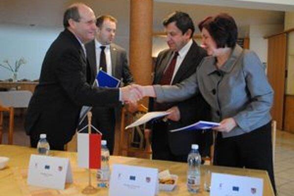 Partneri. Zástupcovia Powiatu Sanok a Prešovského samosprávneho kraja sa stretli na konferencii v Snine.