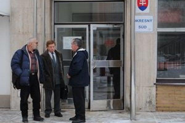 Roky naťahovačiek. Peniaze od mesta Snina vymáha Jozef Jančok (vľavo), Michal Merga (v strede). Ján Šitár (vpravo) je jedným z Jančokových veriteľov.