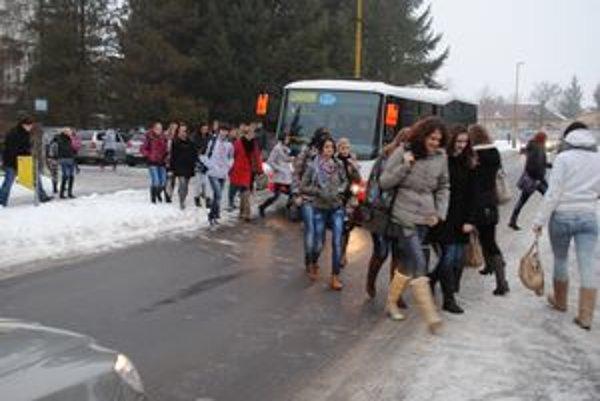 Autá, autobusy, žiaci. Všetci sa navzájom všetkým pletú do cesty.