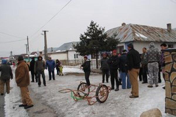Bez dreva. Chlapi z osady Podskalka nemajú drevo a ani peniaze na nové.