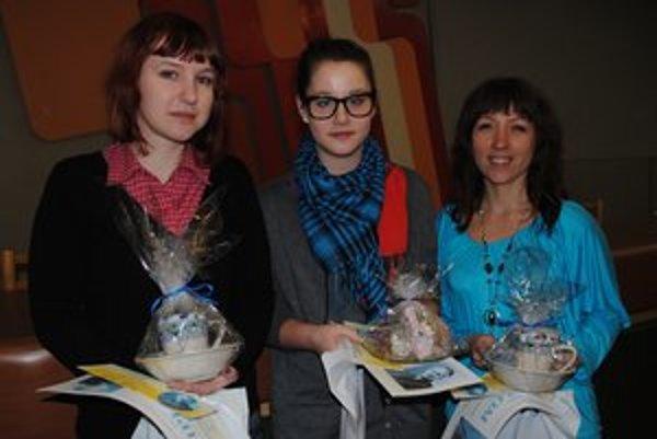 "Recitátorská ""mlaď"". Alexandra Varcholová (zľava), Lucia Taňkošová a Zuzana Švecová."