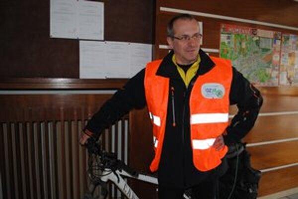Do Humenného na bicykli. Alan Bujdák z OZ35 prišiel o pomoc žiadať aj humenský magistrát.