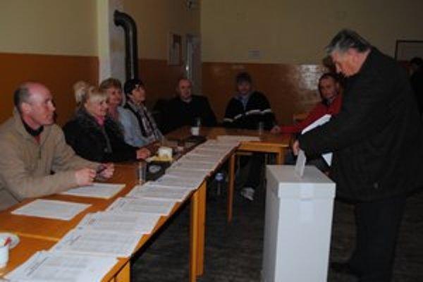 Voľby v Maškovciach. Na 45 voličov čakalo 17 členov komisie. Len štyria s trvalým pobytom v obci.
