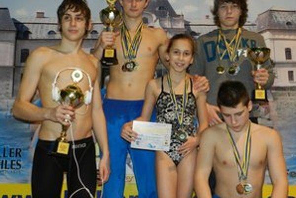 Najviac medailí získali (zľava) Filip Levický, Martin Babjak, Daniela Gribaničová, Matej Micikaš a Tibor Hodbod.