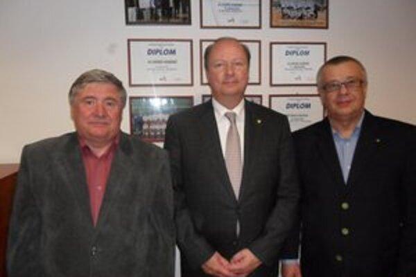 Trio z vedenia. Zľava S. Rehuš, predseda Správnej rady VK Chemes, Z. Barač, viceprezident MEVZY a predseda Chorvátskej volejbalovej federácie a J. Grosiar, športový riaditeľ VK Chemes.