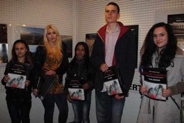 Ocenení mladí autori. Alžbeta Dlugošová (zľava), Michaela Martonová, Frančeska Hučková, Juraj Tomori a Veronika Záhorčáková.