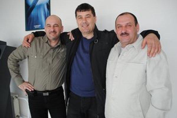 Kolegovia v práci aj v speváckej skupine. Vladimír Varchola (zľava), Ladislav Fedič a Jozef Savary.