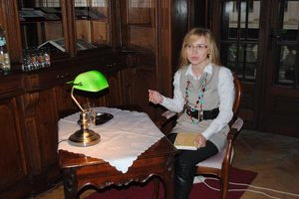 Jana Veľasová. Redaktorka JOJ–ky číta rada a veľa. V ostatnom čase najmä odbornú literatúru.