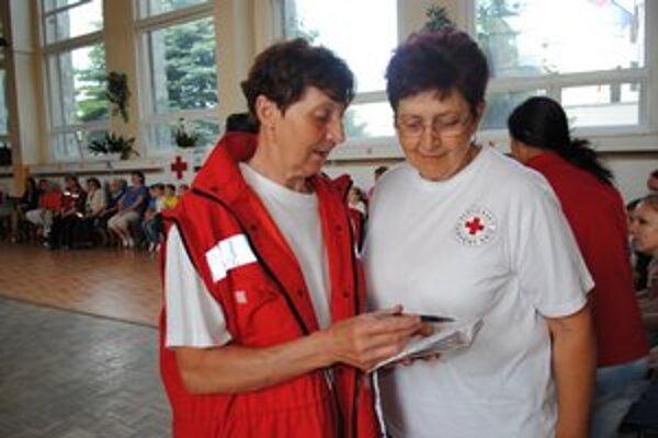 Pani Marie Čižmárová (vľavo) ako doborovoľníčka SČK na akcii pre materské školy Evička nám ochorela.