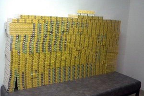 Balíky zaistili, bolo v nich 450 kartónov cigariet Jin Ling.