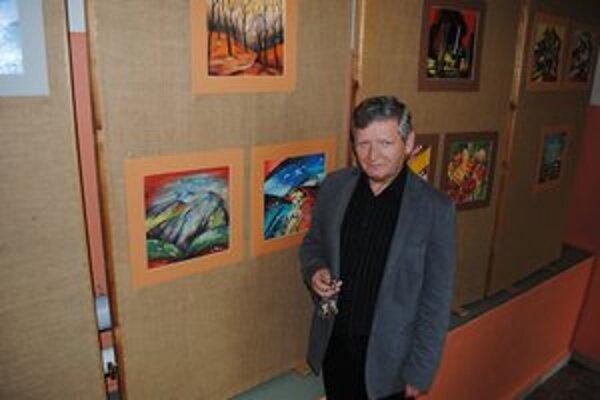 """Rudolf Klikušovský. Riaditeľ školy je výtvarník. Na chodbe má svoju malú """"galériu""""."""