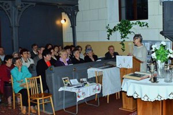 Valéria Csontosová počas prednášky o kronike reformovanej cirkvi v Humennom.