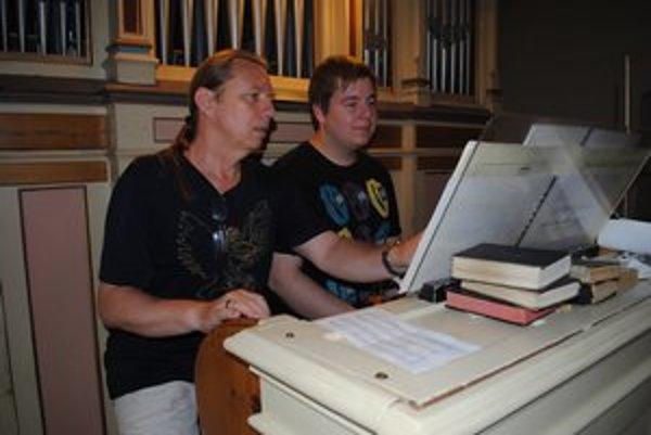 Učiteľ a žiak. Peter Franko a Ján Fic za organom počas nácviku.