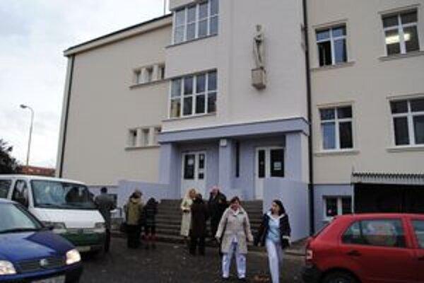 Budova Detskej polikliniky. Patrí medzi najstaršie verejné budovy v meste. Postavili ju v roku 1931. Sídlila v nej Robotnícka sociálna poisťovňa, mestské kúpele a nachádzali sa v nej aj ambulancie lekárov.