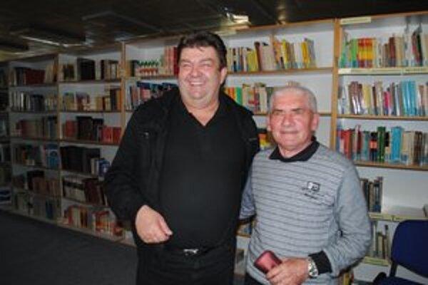 Mikuláš Jacečko (vpravo) na snímke so starostom Habury Mikulášom Juščikom.