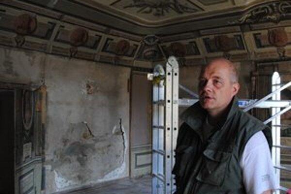 Reštaurátor Ľubomír Cap v izbe uhorských kráľov.