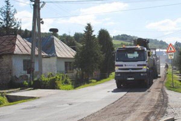 Novinka. V Zbudskom Dlhom odstránili cestári havarijný stav na ceste vedúcej obcou v smere na Medzilaborce.