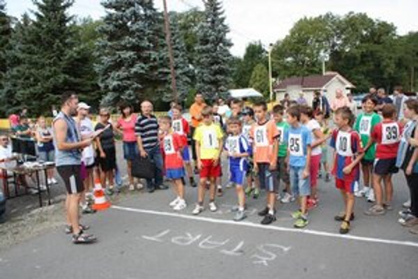 Mládežníci. Bolo ich spolu 46. Na snímke chlapci (r. 2000 - 2001). V žltom tričku s číslom 1 víťaz Adam Havlíček.