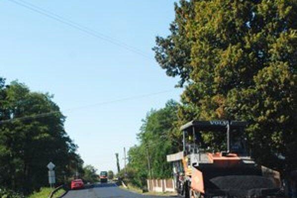 Poškodené úseky. Minulý týždeň pracovali na jednom z nich v Kamenici nad Cirochou cestári.
