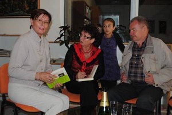 Mária Lajtárová (v strede) a Anna Šimkuličová a Milan Zelinka. Regionálna autorka a jej duchovní rodičia a prví kritici.