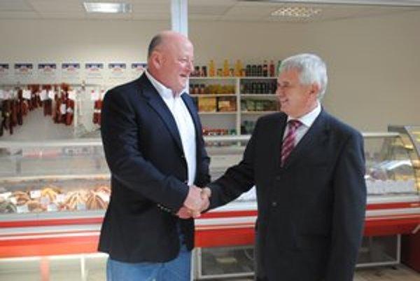 Ján Molnár (vľavo) s ministrom pôdohospodárstva Ľubomírom Jahnátkom. Minister sa oboznámil s projektom.