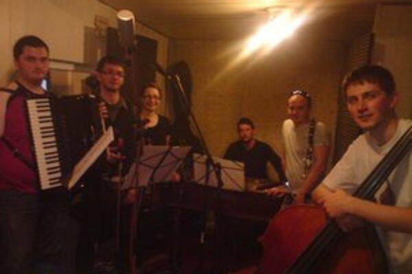 Ľudová hudba FS Chemlon počas nahrávania v štúdiu.