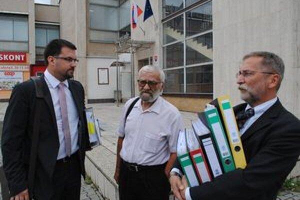 Očakával vynesenie rozsudku. Jozef Jančok (v strede) si rozsudok znova nevypočul.