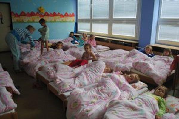 V herniach a spálňach. Nové okná sú v miestnostiach, kde sa deti najčastejšie zdržiavajú.
